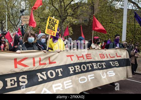 """London, Großbritannien. Mai 2021. Tausende von Menschen marschieren während einer """"Kill the Bill""""-Demonstration im Rahmen eines nationalen Aktionstages, der mit dem Internationalen Arbeitertag zusammenfällt, entlang der Mall. Landesweite Proteste wurden gegen das Gesetz 2021 von Polizei, Kriminalität, Verurteilung und Gerichten organisiert, das der Polizei eine Reihe neuer Ermessensbefugnisse zur Schließung von Protesten gewähren würde. Kredit: Mark Kerrison/Alamy Live Nachrichten Stockfoto"""