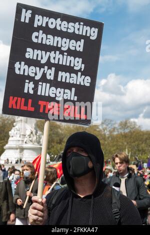 """London, Großbritannien. Mai 2021. Tausende von Menschen marschieren während einer """"Kill the Bill""""-Demonstration vor dem Buckingham Palace im Rahmen eines Nationalen Aktionstages, der mit dem Internationalen Arbeitertag zusammenfällt. Landesweite Proteste wurden gegen das Gesetz 2021 von Polizei, Kriminalität, Verurteilung und Gerichten organisiert, das der Polizei eine Reihe neuer Ermessensbefugnisse zur Schließung von Protesten gewähren würde. Kredit: Mark Kerrison/Alamy Live Nachrichten Stockfoto"""