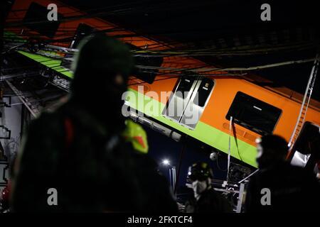 Mexiko-Stadt, Mexiko. Mai 2021. Rettungskräfte arbeiten am Ort des Zusammenbruchs einer U-Bahn-Brücke in Mexiko-Stadt, Mexiko, 4. Mai 2021. Nach dem Einsturz einer U-Bahn-Brücke im Süden von Mexiko-Stadt am Montagabend sind mindestens 13 Menschen getötet und 70 weitere verletzt worden, sagten die lokalen Behörden. Quelle: Francisco Canedo/Xinhua/Alamy Live News