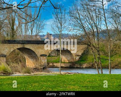 Brücke über den Fluss Dordogne in Castelnaud-la-Chapelle, mit Chateau Beynac in der Ferne, Departement Dordogne, Nouvelle-Aquitaine, Frankreich.