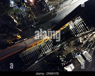 Mexiko-Stadt. Mai 2021. Luftaufnahme vom 4. Mai 2021 zeigt die Szene eines Einsturzes einer U-Bahn-Brücke in Mexiko-Stadt, Mexiko. Nach einem aktualisierten vorläufigen Bericht der lokalen Behörden wurden nach dem Einsturz einer U-Bahn-Brücke im Süden von Mexiko-Stadt am Montagabend mindestens 15 Menschen getötet und 70 weitere verletzt. Kredit: Xin Yuewei/Xinhua/Alamy Live Nachrichten