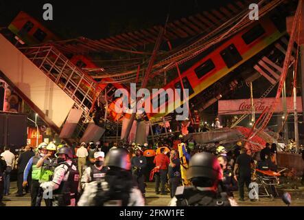 Mexiko-Stadt. Mai 2021. Das am 3. Mai 2021 aufgenommene Foto zeigt die Szene eines Einsturzes einer U-Bahn-Brücke in Mexiko-Stadt. Nach einem aktualisierten vorläufigen Bericht der lokalen Behörden wurden nach dem Einsturz einer U-Bahn-Brücke im Süden von Mexiko-Stadt am Montagabend mindestens 15 Menschen getötet und 70 weitere verletzt. Quelle: Xinhua/Alamy Live News
