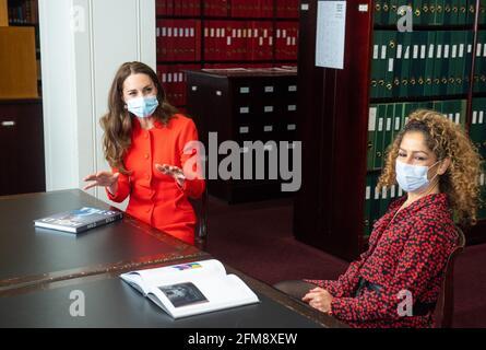 """Die Herzogin von Cambridge spricht mit Naz Maleknia (rechts) während eines Besuchs im Archiv in der National Portrait Gallery im Zentrum Londons, um die Veröffentlichung des Buches """"Hold Still"""" zu markieren. Bilddatum: Freitag, 7. Mai 2021."""