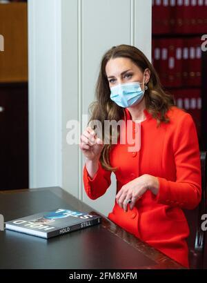 """Die Herzogin von Cambridge spricht während eines Besuchs im Archiv in der National Portrait Gallery im Zentrum Londons mit den Teilnehmern, die sich """"still halten"""" möchten, um die Veröffentlichung des Buches """"still halten"""" zu markieren. Bilddatum: Freitag, 7. Mai 2021."""