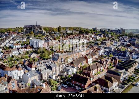 Luftaufnahme der Arundel Kathedrale und des Schlosses in der alten historischen Stadt Arundel in Südengland am Ufer des Flusses Arun.