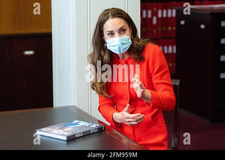 """Catherine, Herzogin von Cambridge, spricht während eines Besuchs im Archiv der National Portrait Gallery anlässlich der Veröffentlichung des Buches in London, Großbritannien, 7. Mai 2021 Dominic Lipinski/PA Wire/Pool via REUTERS, mit den Bucheinsteigern """"still halten"""""""