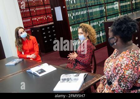 Catherine, Herzogin von Cambridge, spricht mit den Bucheinsteigern Naz Maleknia (C) und Claudia Burton während eines Besuchs im Archiv der National Portrait Gallery anlässlich der Veröffentlichung des Buches in London, Großbritannien, 7. Mai 2021 Dominic Lipinski/PA Wire/Pool via REUTERS