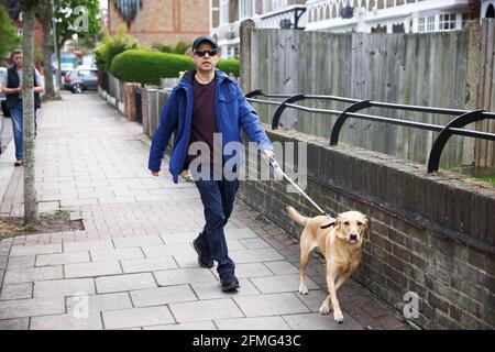 Sadiq Khan, der Bürgermeister von London, wird mit seinem Hund in der Nähe seines Hauses in London, Großbritannien, am 9. Mai 2021 zu Fuß gesehen. REUTERS/Henry Nicholls