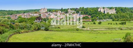 Panoramablick auf die Marktstadt Arundel, zeigt die Stadt Arundel & Arundel Castle, auf den South Downs im Frühling in West Sussex, England, Großbritannien.