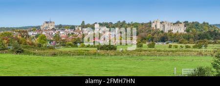 Panoramablick auf die Marktstadt Arundel, zeigt die Stadt Arundel & Arundel Castle, auf den South Downs im Herbst in West Sussex, England, Großbritannien.