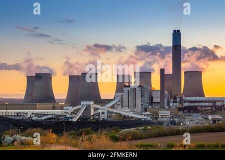 Kohlekraftwerk Ratcliffe-on-Soar mit Dampf aus den Kühltürmen Bei Sonnenuntergang Ratcliffe auf schweben Nottinghamshire England GB Europa