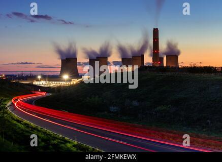 Kohlekraftwerk Ratcliffe-on-Soar mit Dampf aus den Kühltürmen In der Nacht mit leichten Wegen Ratcliffe auf Höhe Nottinghamshire England Vereinigtes Königreich