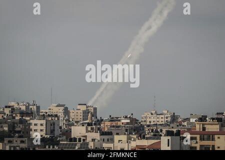 Gaza-Stadt, Palästinensische Gebiete. Mai 2021. Raketen werden von der palästinensischen islamistischen Bewegung Hamas aus Gaza-Stadt auf Israel abgefeuert. Ein Sprecher der Hamas rief Israel auf, am Montag bis 6 Uhr (1500 Uhr GMT) alle Polizisten und Siedler aus dem heiligen Ort zurückzuziehen und forderte die Freilassung aller Palästinenser, die bei den jüngsten gewalttätigen Auseinandersetzungen in Jerusalem verhaftet wurden. Kredit: Mohammed Talatene/dpa/Alamy Live Nachrichten