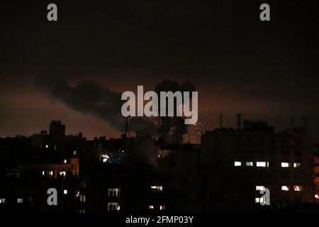 Gaza, Palästina. Mai 2021. (INT) israelische Luftangriffe auf Gaza, Palästina. 11. Mai 2021, Gazastreifen, Palästina: Explosionen und Feuer, die durch israelische Luftangriffe im südlichen Gazastreifen verursacht wurden, als Reaktion auf eine Flut von Raketen, die von den Palästinensern auf Israel abgefeuert wurden.Quelle: Yousef Masoud/Thenews2 Quelle: Yousef Masoud/TheNEWS2/ZUMA Wire/Alamy Live News