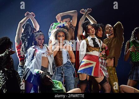 Dua Lipa (Mitte rechts) tritt während der Brit Awards 2021 in der O2 Arena, London, auf. Bilddatum: Dienstag, 11. Mai 2021.