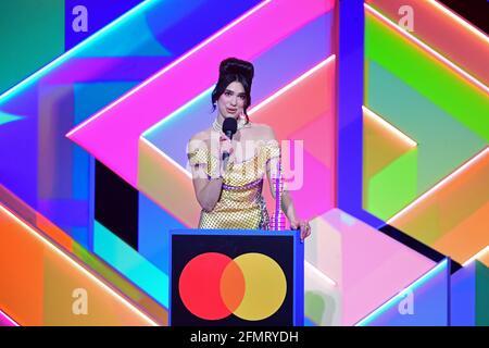 Dua Lipa nimmt den Preis für die beste Solokünstlerin während der Brit Awards 2021 in der O2 Arena, London, entgegen. Bilddatum: Dienstag, 11. Mai 2021.