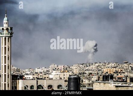 Gaza, Palästina. Mai 2021. Rauch über Gaza-Stadt nach einem israelischen Luftangriff. Das Gesundheitsministerium in Gaza gab bekannt, dass mindestens 26 Menschen, darunter neun Kinder, getötet wurden. Kredit: SOPA Images Limited/Alamy Live Nachrichten