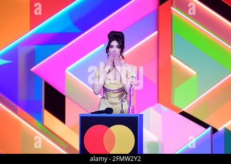 Dua Lipa nimmt den Preis für weibliche Solo-Künstlerin während der Brit Awards 2021 in der O2 Arena, London, entgegen. Bilddatum: Dienstag, 11. Mai 2021.