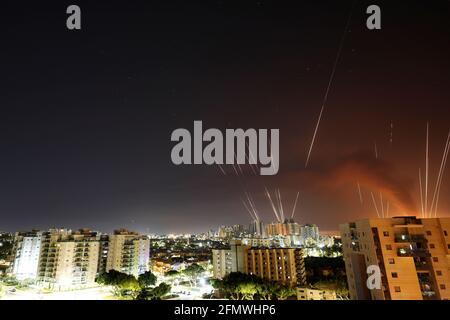 Beim Abschuss von Raketen aus dem Gazastreifen in Richtung Israel werden Lichtstreifen gesehen, wie aus Aschkelon, Israel, 12. Mai 2021, zu sehen ist. REUTERS/Amir Cohen
