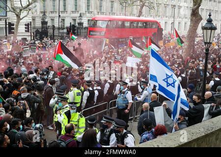 London, Großbritannien. Mai 2021. Demonstranten aus dem freien Palästina stoßen bei der Save Sheikh Jarrah-Demonstration in Whitehall, London, am Dienstag, 11. Mai 2021, auf Polizei. Kredit: Lucy North/Alamy Live Nachrichten