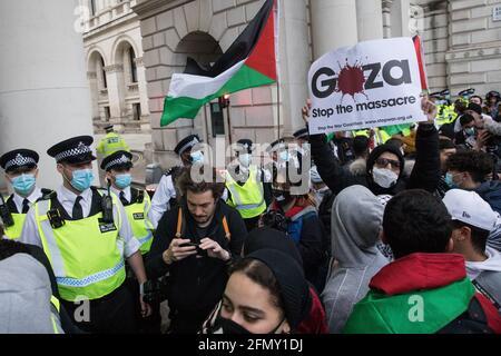 London, Großbritannien. Mai 2021. Tausende von Menschen nehmen an einem von der palästinensischen Solidaritätskampagne, den Freunden von Al Aqsa, der Stoppt die Kriegskoalition und dem palästinensischen Forum in Großbritannien organisierten Notprotest zur Solidarität mit dem palästinensischen Volk vor der Downing Street Teil. Die Kundgebung fand aus Protest gegen israelische Luftangriffe auf Gaza, die Entsendung israelischer Truppen gegen Gläubige in der Al-Aqsa Moschee während des Ramadan und Versuche statt, palästinensische Familien aus dem Stadtteil Sheikh Jarrah in Ostjerusalem gewaltsam zu verdrängt. Kredit: Mark Kerrison/Alamy Live Nachrichten