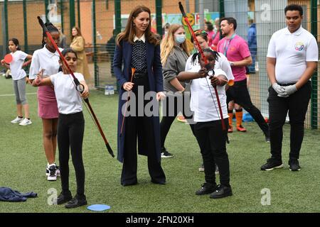 Die Herzogin von Cambridge bei einer Bogenschießstunde während eines Besuchs der Way Youth Zone in Wolverhampton, West Midlands. Bilddatum: Donnerstag, 13. Mai 2021.