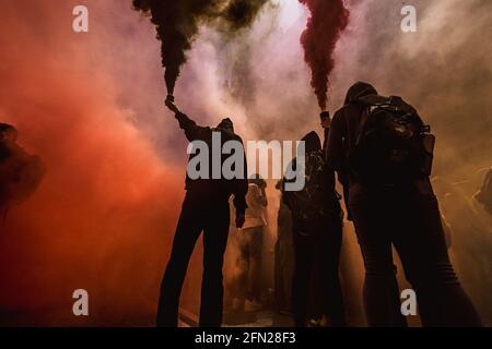 Barcelona, Spanien. Mai 2021. Streikende katalanische Studenten entzünden bengalische Brände, während sie gegen die Bildungskrise während der kontinuierlichen Ausbreitung des Corona-Virus protestieren. Quelle: Matthias Oesterle/Alamy Live News