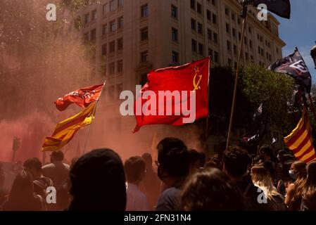 """Barcelona, Spanien. Mai 2021. Die Studenten marschieren während eines Streiks, der am 13. Mai 2021 in Barcelona, Spanien, stattfand, um eine bessere öffentliche Bildung für alle zu fordern. Unter dem Motto """"engagiert für die öffentliche Schule, wir kommen, um zu gewinnen"""" veranstalteten Studenten der Universität in der Innenstadt pazifische Demonstrationen. (Foto von Davide Bonaldo/Sipa USA) Quelle: SIPA US/Alamy Live News"""