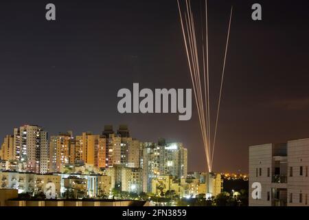 Beim Abschuss von Raketen aus dem Gazastreifen in Richtung Israel werden Lichtstreifen gesehen, wie aus Aschkelon, Israel, 13. Mai 2021, zu sehen ist. REUTERS/Amir Cohen