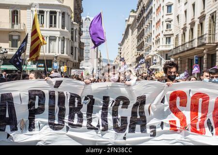 """Barcelona, Katalonien, Spanien. Mai 2021. Die Demonstranten werden mit Plakaten gesehen.rund 700 Studenten haben diesen Donnerstag im Zentrum von Barcelona nach dem von Studentengewerkschaften ausgerufenen Streik demonstriert. Der Streik ist Teil der Kampagne für die Rektoren, das """"Engagement gegen die Bildungskrise"""" zu unterzeichnen, in der sie die Angleichung der Preise für Master und Studienabschlüsse und die obligatorische Vergütung von Praktika fordern. Quelle: Thiago Prudencio/DAX/ZUMA Wire/Alamy Live News"""