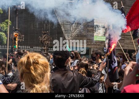 """Barcelona, Katalonien, Spanien. Mai 2021. Der Protestierende wird mit einem Schlag gesehen.rund 700 Studenten haben diesen Donnerstag im Zentrum von Barcelona demonstriert, nachdem die Studentengewerkschaften einen Streik ausgerufen hatten. Der Streik ist Teil der Kampagne für die Rektoren, das """"Engagement gegen die Bildungskrise"""" zu unterzeichnen, in der sie die Angleichung der Preise für Master und Studienabschlüsse und die obligatorische Vergütung von Praktika fordern. Quelle: Thiago Prudencio/DAX/ZUMA Wire/Alamy Live News"""