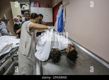 Gaza, Palästina. 13 2021. Mai: (ANMERKUNG DER REDAKTION: Bild zeigt den Tod) Leichen der palästinensischen Kinder, die im Al Shifa Krankenhaus gesehen wurden, nachdem sie bei einem israelischen Luftangriff früher in Gaza-Stadt getötet wurden. Als Reaktion auf tagelang gewalttätige Auseinandersetzungen zwischen israelischen Sicherheitskräften und Palästinensern in Jerusalem starteten verschiedene palästinensische Gruppen von Aktivisten in Gaza seit dem 10. Mai Raketenangriffe, bei denen bis heute mindestens sieben Israeliten getötet wurden. Das Gesundheitsministerium des Gazastreifens sagte, dass bei den jüngsten Vergeltungsangriffen durch Israel mindestens 109 Palästinenser, darunter 28 Kinder, getötet wurden. Kredit: Sip