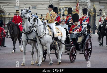 Königin Elizabeth II. Und der Herzog von Edinburgh (in Militäruniform) in offener Kutsche in Begleitung von Prinz Charles Prinz William und Prinz Edward