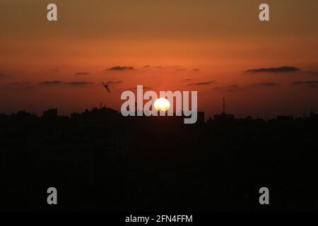 Der Gazastreifen, Palästina, Palästina. Mai 2021. Sonnenuntergang über dem Gazastreifen. Kredit: Mahmoud Khattab/Quds Net Nachrichten/ZUMA Wire/Alamy Live Nachrichten