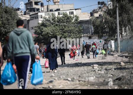Gaza, Palästina. Mai 2021. Palästinenser tragen einen Teil ihrer Habseligkeiten in Beit Hanun im nördlichen Gazastreifen, während sie an einen sichereren Ort fliehen. Kredit: SOPA Images Limited/Alamy Live Nachrichten