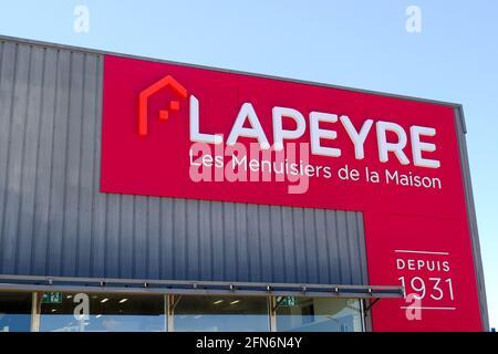 """Vitrolles, Frankreich. Mai 2021. Außenansicht eines LAPEYRE-Ladens in Vitrolles.die Lapeyre-Kette wird an die deutsche Industrieholding mutares verkauft. Die Saint-Gobain-Gruppe verhandelt mit der deutschen Holdinggesellschaft mutares über den Verkauf ihrer Marke """"LAPEYRE"""". Am Montag, den 10. Mai, fand eine Anhörung vor dem Handelsgericht in Paris statt, um die Genehmigung des Verkaufs zu prüfen. Die endgültige Entscheidung wird voraussichtlich am 1. Juni 2021 getroffen. In der Gruppe von 3,500 Mitarbeitern, die vier der zehn Fabriken und 19 Geschäfte der 126 Unternehmen schließen konnte, konnten mehr als 700 Arbeitsplätze gekürzt werden. ("""