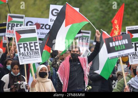 Während eines solidaritätsmarsches mit dem palästinensischen Volk inmitten des andauernden Konflikts mit Israel marschieren Demonstranten durch den Hyde Park zur israelischen Botschaft in London. Bilddatum: Samstag, 15. Mai 2021.