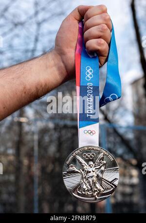 17. April 2021 Tokio, Japan. Silbermedaille der XXXII. Olympischen Sommerspiele in Tokio in der Hand eines Athleten.