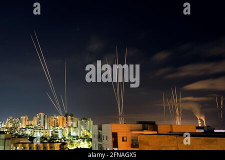 Beim Abschuss von Raketen aus dem Gazastreifen in Richtung Zentralisrael werden Lichtstreifen gesehen, wie aus Aschkelon, Israel, 16. Mai 2021 REUTERS/Amir Cohen, zu sehen ist