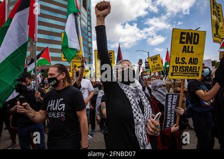 Los Anglees, Kalifornien, USA. Mai 2021. Lubna Abdallah hebt ihre Faust, als sie sich mit Tausenden von Demonstranten zur Unterstützung Palästinas zusammenschloss, die sich vor dem Federal Building im Westwood-Gebiet von Los Angeles versammelten. Die Kundgebung wurde von der palästinensischen Jugendbewegung organisiert. Quelle: Jill Connelly/ZUMA Wire/Alamy Live News