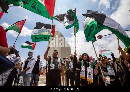 Los Anglees, Kalifornien, USA. Mai 2021. Demonstranten jeden Alters mit palästinensischen Fahnen versammelten sich vor dem Federal Building im Westwood-Gebiet von Los Angeles zu einer Kundgebung zur Unterstützung Palästinas. Die Kundgebung wurde von der palästinensischen Jugendbewegung organisiert. Quelle: Jill Connelly/ZUMA Wire/Alamy Live News