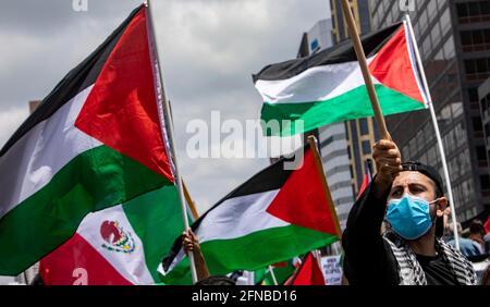 Los Anglees, Kalifornien, USA. Mai 2021. Ein Protestor, der sagte, er sei ''AQ''' genannt, hält eine palästinensische Flagge in sich, als sich Tausende zur Unterstützung Palästinas vor dem Federal Building im Westwood-Gebiet von Los Angeles versammelten. Die Kundgebung wurde von der palästinensischen Jugendbewegung organisiert. Quelle: Jill Connelly/ZUMA Wire/Alamy Live News