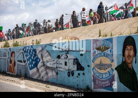 Los Anglees, Kalifornien, USA. Mai 2021. Tausende von Demonstranten, die Palästina unterstützen, marschierten entlang des Wilshire Boulevard, der geschlossen wurde, und passierten dieses Wandbild auf ihrem Weg zum israelischen Generalkonsulat von Los Angeles. Der marsch wurde von der palästinensischen Jugendbewegung organisiert. Quelle: Jill Connelly/ZUMA Wire/Alamy Live News