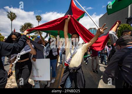 Los Anglees, Kalifornien, USA. Mai 2021. Die Demonstranten tragen eine riesige palästinensische Flagge, während sie am Wilshire Boulevard, der geschlossen wurde, zum israelischen Generalkonsulat von Los Angeles marschieren. Der marsch, der Tausende anzog, wurde von der palästinensischen Jugendbewegung organisiert. Quelle: Jill Connelly/ZUMA Wire/Alamy Live News