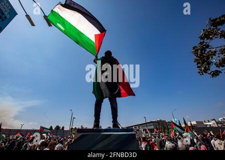 Los Anglees, Kalifornien, USA. Mai 2021. Muad Edali schwenkt eine palästinensische Flagge, als er sich Tausenden von Demonstranten zur Unterstützung Palästinas anschloss, die sich vor dem Federal Building im Westwood-Gebiet von Los Angeles versammelten. Die Kundgebung wurde von der palästinensischen Jugendbewegung organisiert. Quelle: Jill Connelly/ZUMA Wire/Alamy Live News