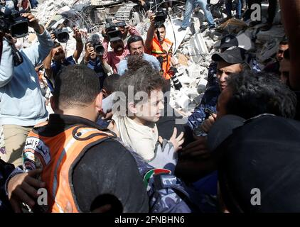 Rettungskräfte tragen ein Mädchen, während sie am 16. Mai 2021 in Gaza-Stadt in Trümmern am Ort der israelischen Luftangriffe nach Opfern suchen. REUTERS/Mohammed Salem
