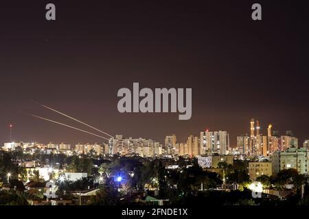 Beim Abschuss von Raketen aus dem Gazastreifen in Richtung Israel werden Lichtstreifen gesehen, wie aus Aschkelon, Israel, 16. Mai 2021, zu sehen ist. REUTERS/Amir Cohen