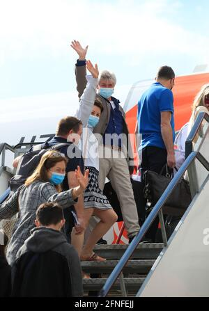 Passagiere bereiten sich auf einen easyJet-Flug nach Faro, Portugal, am Flughafen Gatwick in West Sussex vor, nachdem das Verbot des internationalen Freizeitverkehrs für Menschen in England nach der weiteren Lockerung der Sperrbeschränkungen aufgehoben wurde. Bilddatum: Montag, 17. Mai 2021.