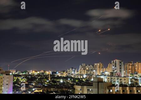 Das israelische Raketenabwehrsystem Iron Dome fängt vom Gazastreifen aus Raketen ab, die auf Israel gerichtet sind, wie aus Aschkelon, Israel, 17. Mai 2021, zu sehen ist. REUTERS/Amir Cohen