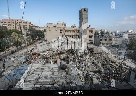 Gaza-Stadt, Palästinensische Gebiete. Mai 2021. Ein allgemeiner Blick auf die Überreste eines zerstörten Wohngebäudes, nachdem es von israelischen Luftangriffen getroffen wurde, inmitten des eskalierenden Aufflackers der israelisch-palästinensischen Gewalt. Kredit: Mohammed Talatene/dpa/Alamy Live Nachrichten